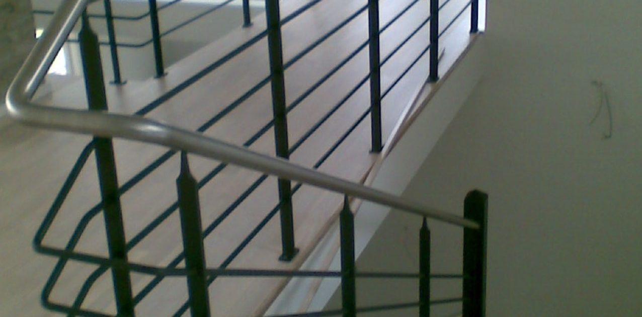 Afdækning rundt om trappe, udført af blikkenslager